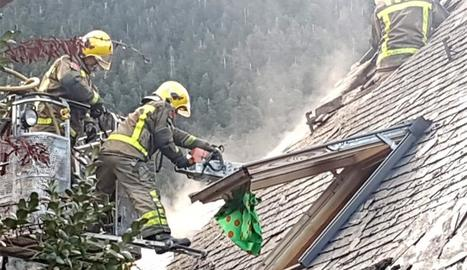 Els bombers extingeixen un incendi al nucli de Vilac