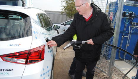 Andrew Shepherd repostant un vehicle de Seat amb biometà obtingut amb purins.