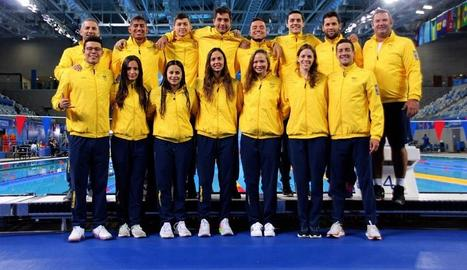 Gregori, amb el professor de l'Inefc Lleida Vicente Javaloyes a Lima. A la dreta, amb un grup d'esportistes colombians.
