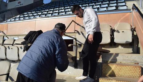 Operaris, ahir a la llotja del Camp d'Esports, durant les tasques de renovació de les cadires.