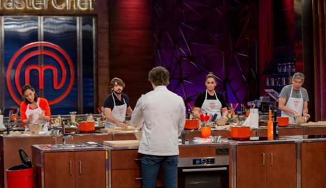 Els quatre finalistes en la primera prova de la nit, davant de la mirada de Jordi Cruz, membre del jurat.