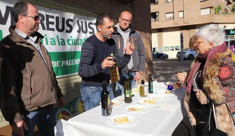 Unió de Pagesos va oferir ahir un tast d'oli als vianants a Lleida.