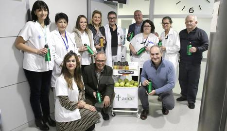 L'Hospital Arnau de Lleida reparteix sucs i fruita fresca als pacients oncològics i els familiars durant el tractament