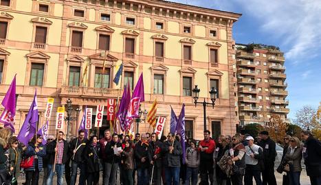 Concentració a Lleida en suport a la treballadora d'Atento acomiadada per acumulació de baixes
