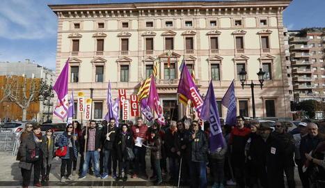 Protesta pels acomiadaments per baixes mèdiques, ahir, a Lleida.