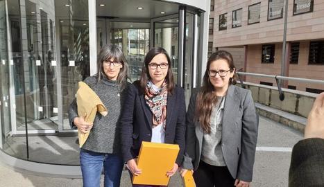 La tinent d'alcalde Jordina Freixanet (centre), amb les edils Elena Ferre (dr.) i Sandra Castro (esq.).