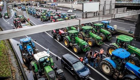 Un miler de tractors van tallar les vies d'accés a París.