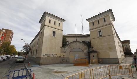 Vista de l'exterior de l'antiga comissaria a la cantonada dels carrers Camp de Mart i Sant Martí.