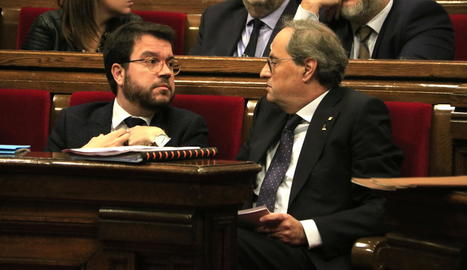 Torra i Aragonès, ahir, mentre creuaven les mirades al ple del Parlament.