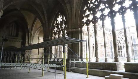L'interior del claustre de la Seu Vella ja llueix les bastides amb un pas segur per a l'accés dels visitants a l'interior de la nau central.