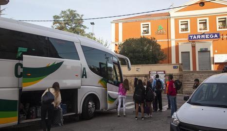 Un autocar a Tàrrega recollint passatgers al setembre.