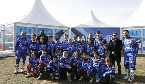 Àlex Márquez, campió de Moto2, va visitar ahir els alumnes del campus Allianz al circuit de Rufea amb l'alcalde Miquel Pueyo.