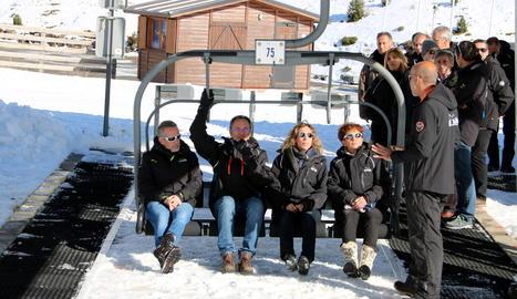 La consellera d'Empresa i Coneixement, Àngels Chacón, al telecadira de l'estació d'esquí de Boí Taüll.