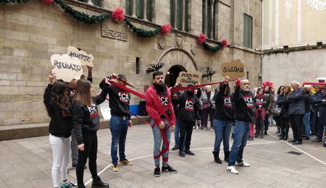Autoritats i usuaris d'Antisida de Lleida van formar ahir un gran llaç humà per denunciar l'estigma d'aquest col·lectiu.