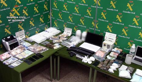 Vista de la droga i els diners intervinguts a l'organització criminal en l''operació Bubadu'.