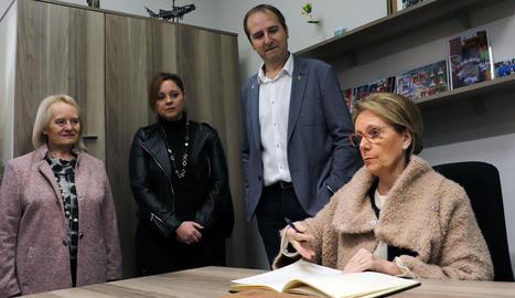Vilallonga va visitar amb l'alcalde i la bibliotecària una mostra de material antic de l'equipament.