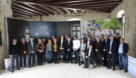Foto de representants de les estacions, institucions i el president i el director executiu del Grup SEGRE, Robert Serentill i Juan Cal.