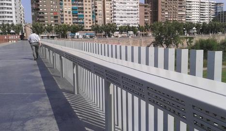 La Paeria inicia els treballs per retirar el nom d'Alcalde Areny de la marquesina de la passarel·la dels Maristes