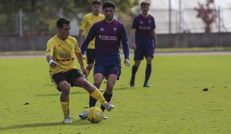Un jugador del Mollerussa es disposa a centrar la pilota davant la presència del capità del Gavà en una de la jugades del partit d'ahir.