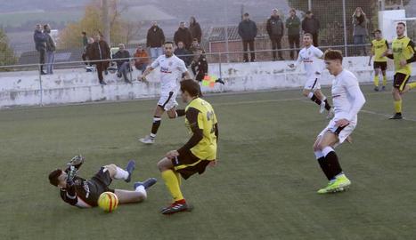 El porter local Xammar atalla una pilota davant de la proximitat de Jordana, del Balaguer.