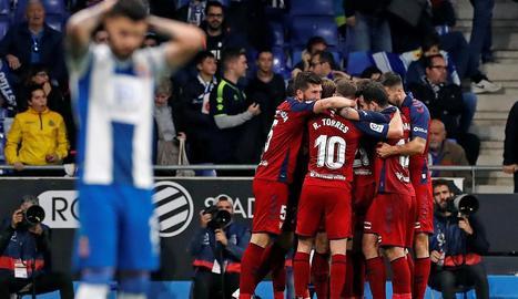 Jugadors de l'Osasuna celebren un dels gols que van marcar ahir a l'Espanyol.