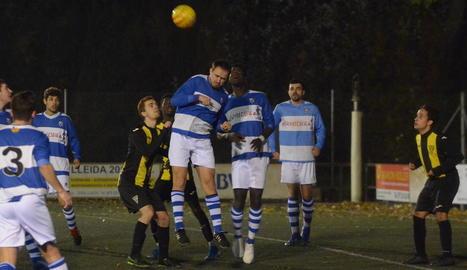 Un jugador del Pardinyes B i un de l'Albesa es disputen la pilota.