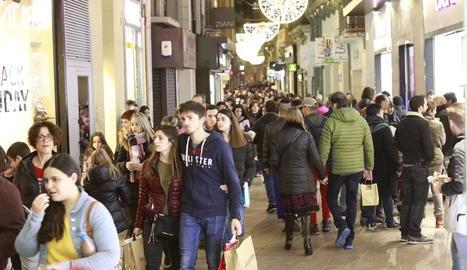 L'Eix Comercial de Lleida va tornar a omplir-se per diumenge d'obertura comercial.