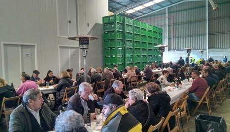 La consellera d'Agricultura, Teresa Jordà, va degustar l'oli de Belianes a la inauguració de la fira.