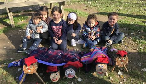Famílies busquen el seu tronc de Nadal al parc de la Mitjana de Lleida