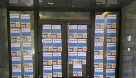 Els CDR de Lleida empaperen les oficines d'una entitat bancària a la ciutat