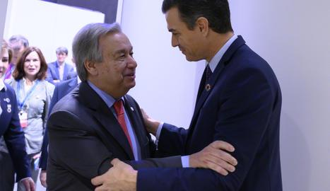 El govern espanyol, Pedro Sánchez, saluda el secretari general de l'ONU, Antonio Guterres, abans d'inaugurar la COP25.