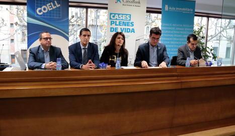 Representants de l'APCE i CaixaBank, amb el tinent d'alcalde i regidor d'Urbanisme de la Paeria de Lleida, Toni Postius, aquest dilluns a la COELL.