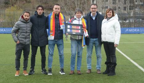 Els clubs van homenatjar l'exentrenador Emili Vicente, amb la seua viuda, Antònia, i el fill gran