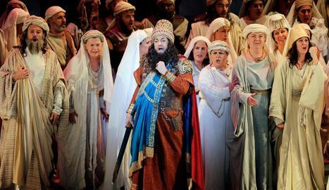 El tenor (centre), ahir durant l'assaig general de l'òpera.