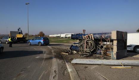 El camió, al fons de la imatge, i la màquina que va perdre.