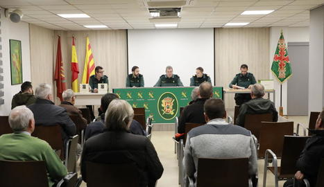 Un moment ahir de la subhasta d'armes a la comandància de la Guàrdia Civil de Lleida.