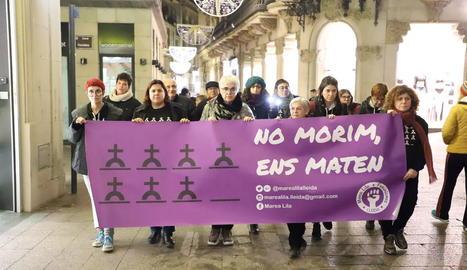 La plataforma Marea Lila Lleida va realitzar ahir una marxa silenciosa contra la violència masclista.