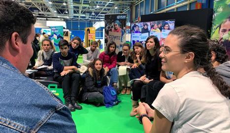 Joves en en un debat sobre el canvi climàtic, ahir a Madrid.