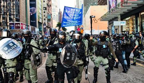 Membres antiavalots hongkonguesos diumenge.