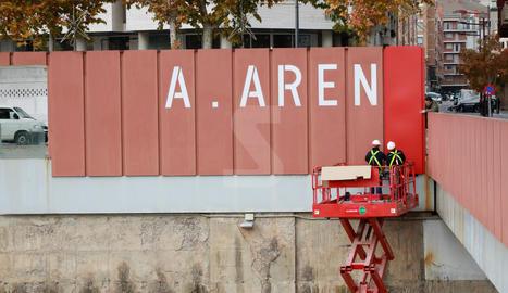 L'empresa encarregada de l'actuació revesteix les lletres actuals amb unes planxes d'alumini lacades del mateix color
