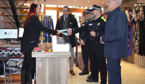 L'alcalde de Mollerussa, Marc Solsona, acompanyat del regidor de Seguretat Ciutadana, Ramon Teixidó; el sergent en cap de la Policia Local, Salva Tuxans, i el sergent Bruno Calero en un comerç de la ciutat.