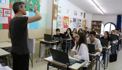 Un dels responsables de les proves PISA explica als alumnes d'una escola de Martorell el funcionament.