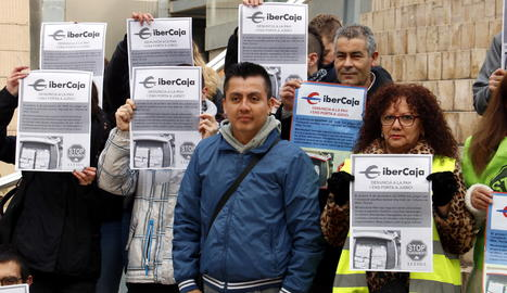 Un dels activistes de la PAH acusats, Henry Mora, acompanyat per membres de la plataforma, a la plaça Sant Joan de Lleida, abans del judici.