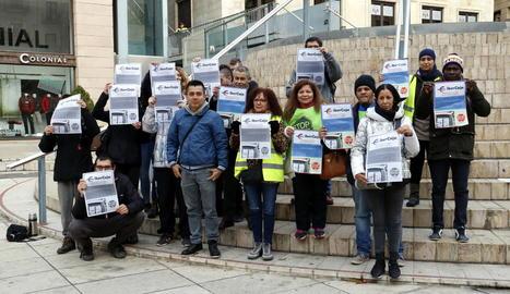 Un grup d'activistes de la PAH, amb un dels acusats al centre, ahir abans d'anar al jutjat.