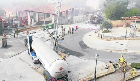 Imatge del camió cisterna que va impactar contra el fanal quan maniobrava.