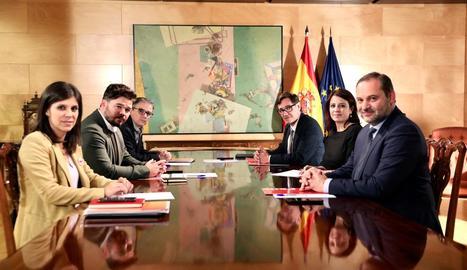 Els equips negociadors d'ERC i PSOE encapçalats per Gabriel Rufián i Adriana Lastra.