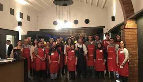 Foto de família dels participants, ahir al taller gastronòmic a La Boscana de Bellvís.