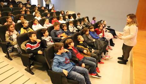 Desenes de nens d'Alcoletge van assistir ahir a la xarrada de la professora de la UdL Rosa Gil.
