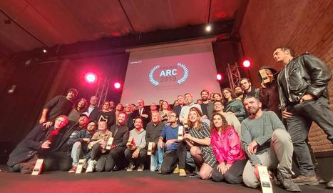 Foto de la majoria dels guardonats, amb Toni Revés (Cafè del Teatre), el 1r per la dreta ajupit.