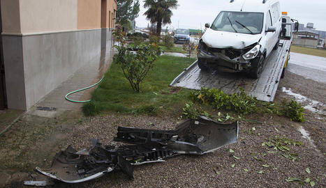 Imatge de la furgoneta que va xocar contra una casa a Boldú.
